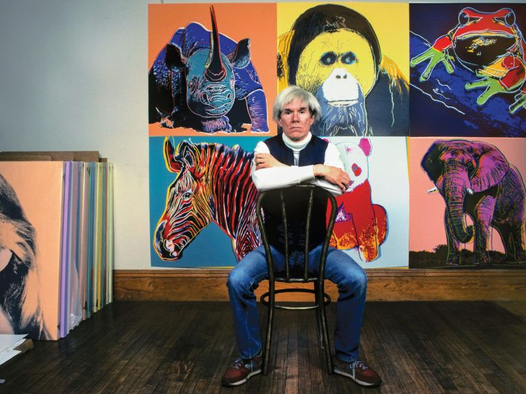 Warhol em seu estúdio, o Factory, em 1983. https://www.independent.co.uk/arts-entertainment/
