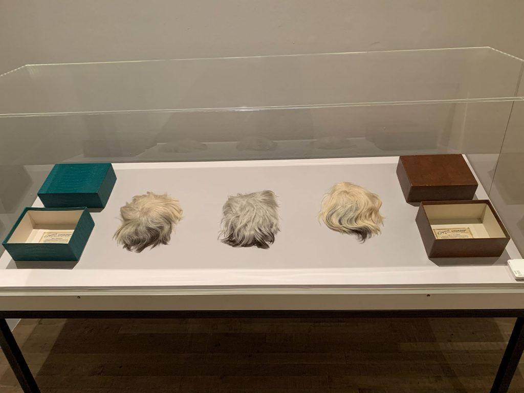 Perucas de Andy Warhol, na exposição na Tate Modern.