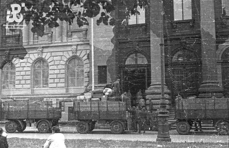 Soldados alemães saqueando o Museu Zachęta, em Varsóvia, em 1944. (Wikimedia Commons)
