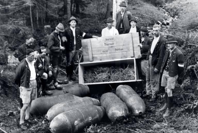 Mineiros austríacos pousam junto às bombas desativadas na Mina de Sal de Altaussee. (Crédito de imagem: National Archives and Records administration)
