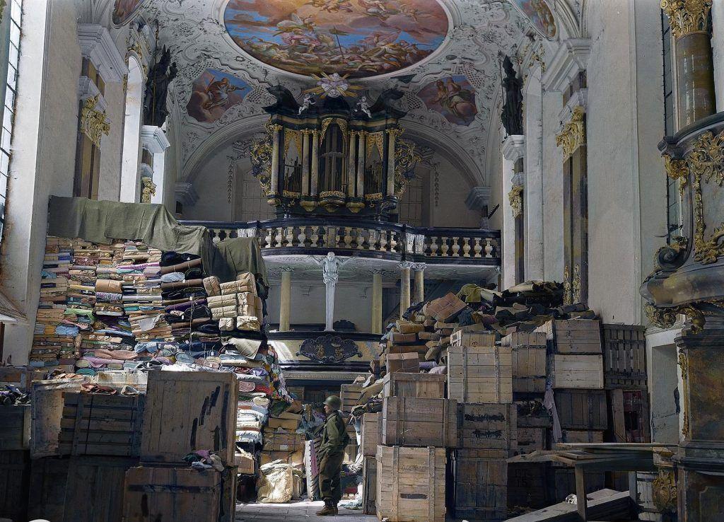 Pilhagem encontrada em uma igreja na cidade alemã de Ellingen. (Crédito de imagem: National Archives and Records administration)