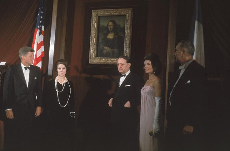 Jacqueline Kennedy na National Gallery, em Washington, em 1963. (https://www.artsy.net/article/artsy-editorial-jackie-kennedy-brought-mona-lisa-america-paris-rioted)